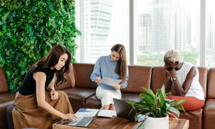 Jumătate dintre angajați consideră că lucrează mai bine singuri decât în echipă
