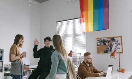 Companiile britanice oferă beneficii pentru a tenta personalul să revină la birouri